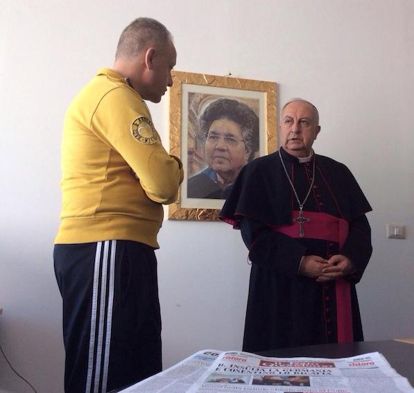 """Mons. Salvatore Nunnari e Luciano Regolo nella redazione de """"l'Ora"""" occupata dai giornalisti"""