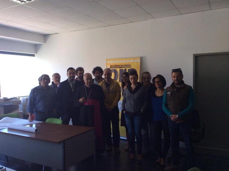 Mons. Salvatore Nunnari con i giornalisti dell'Ora della Calabria nella redazione centrale di Rende occupata