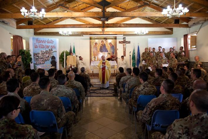 L'arcovescovo-giornalista Santo Marcianò tra i militari del contingente italiano a Kabul