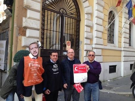 Franco Siddi, Carlo Parisi e Giuseppe Di Pietro davanti all'Ambasciata turca a Roma