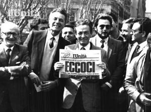 Enrico Berlinguer con l'Unità