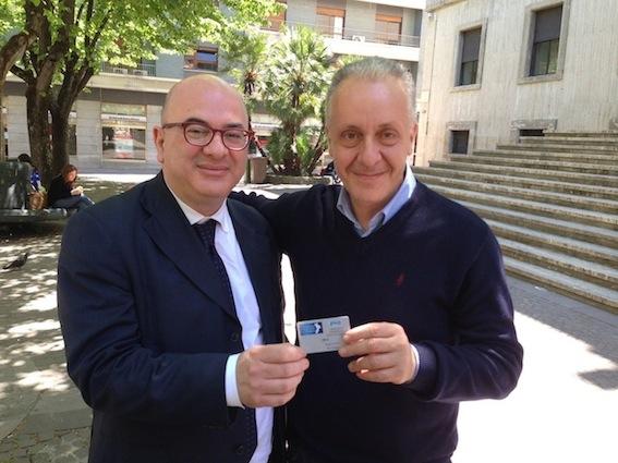 Il vicesegretario della Fnsi, Carlo Parisi, consegna la tessera della Fnsi a Luciano Regolo