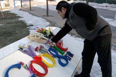 """Un cittadino cinese depone fiori sulla """"tomba"""" di Google"""