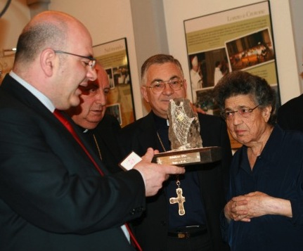 """Carlo Parisi consegna """"L'Affabulatore d'oro"""" a Natuzza (giugno 2008). Con lui i vescovi Renzo e Nunnar"""