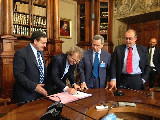Il sottosegretario Luca Lotti firma l'intesa assieme al segretario generale della Fnsi, Franco Siddi, al presidente della Fieg, Giulio Anselmi, ed al presidente dell'Inpgi, Andrea Camporese