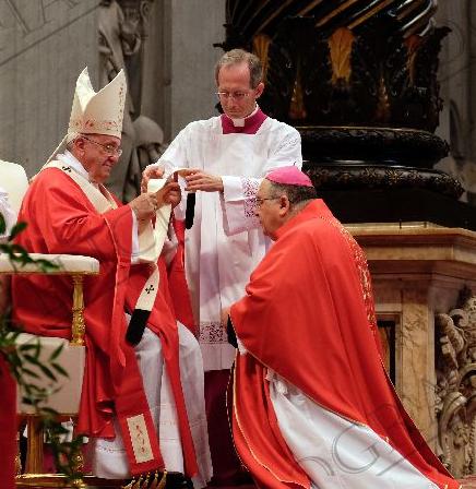 Mons. Giuseppe Fiorini Morosini riceve il Pallio da Papa Francesco