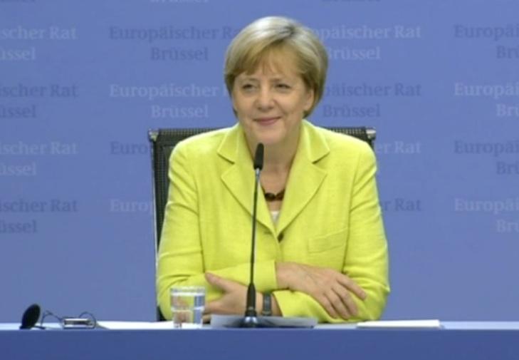 """Angela Merkel sorride mentre il giornalista tedesco le canta """"Happy Birthday"""""""