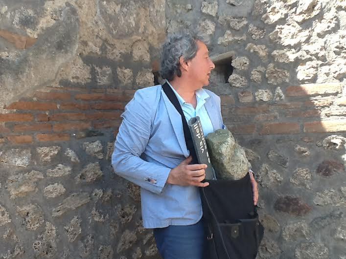 """L'inviato de """"Il Giornale"""", Nino Materi, con i reperti archeologici in borsa"""
