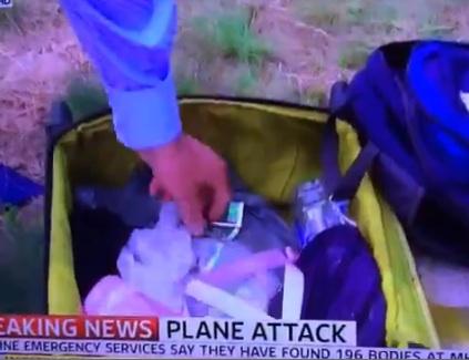 L'inviato di Sky News rovista tra i bagagli dell'aereo abbattuto
