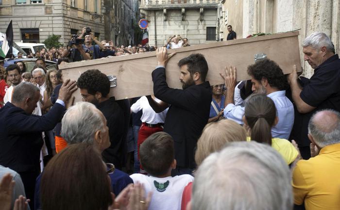Amici e colleghi portano a spalla il feretro di Simone Camilli (foto EPA)