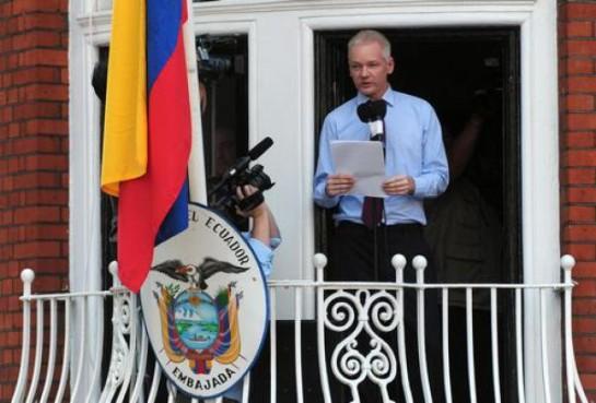 Julian Assange sul balcone dell'Ambasciata dell'Ecuador a Londra