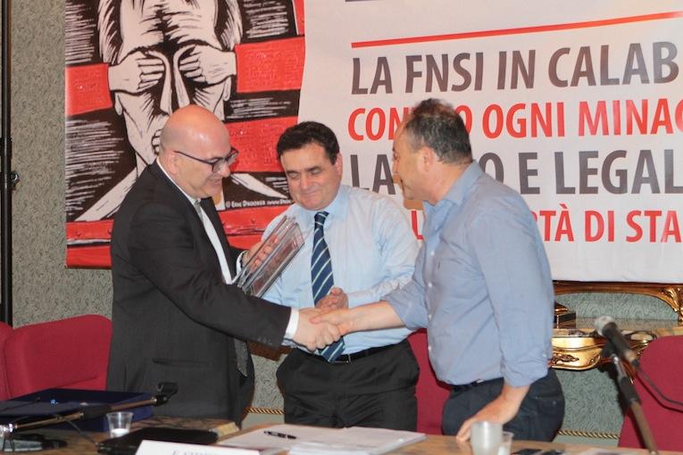 Carlo Parisi e Franco Siddi consegnano la tessera della Fnsi ad honorem a Nicola Gratteri (foto Giornalisti Italia)
