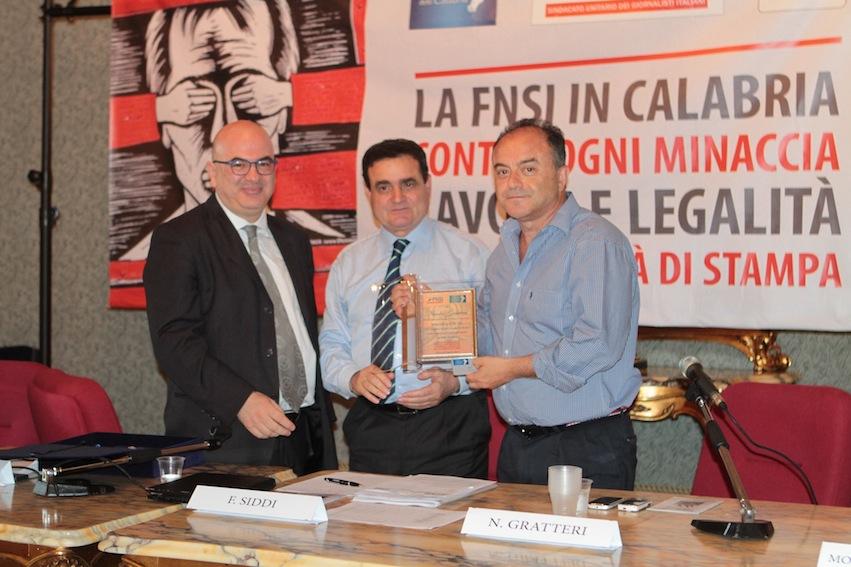 Carlo Parisi e Franco Siddi consegnano la tessera della Fnsi ad honorem a Nicola Gratteri