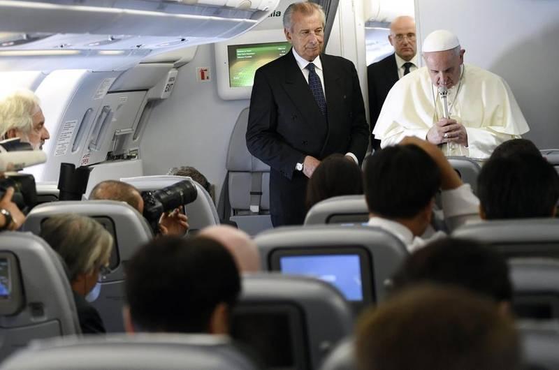 """Papa Francesco in volo verso la Corea ha chiesto """"una preghiera in silenzio"""" per Simone Camilli (foto Ansa)"""