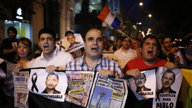 La gente in strada chiede giustizia per l'assassinio del giornalista Pablo Medina (nei manifesti)