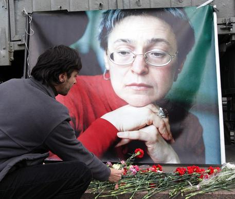 L'omaggio della gente ad Anna Politkovskaja