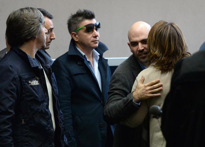 Roberto Saviano abbraccia Rosaria Capacchione nell'aula 116 del Tribunale di Napoli (Ansa)