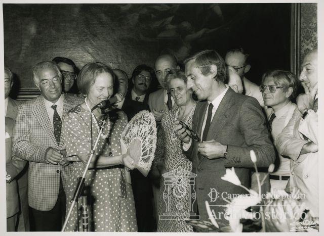 1982: il presidente dell'Asp, Giuseppe Morello, consegna il ventaglio al presidente della Camera, Nilde Jotti