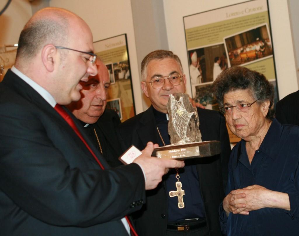 Carlo Parisi consegna L'affabulatore d'oro a Natuzza (giugno 2008). Con lui, i vescovi Renzo e Nunnari