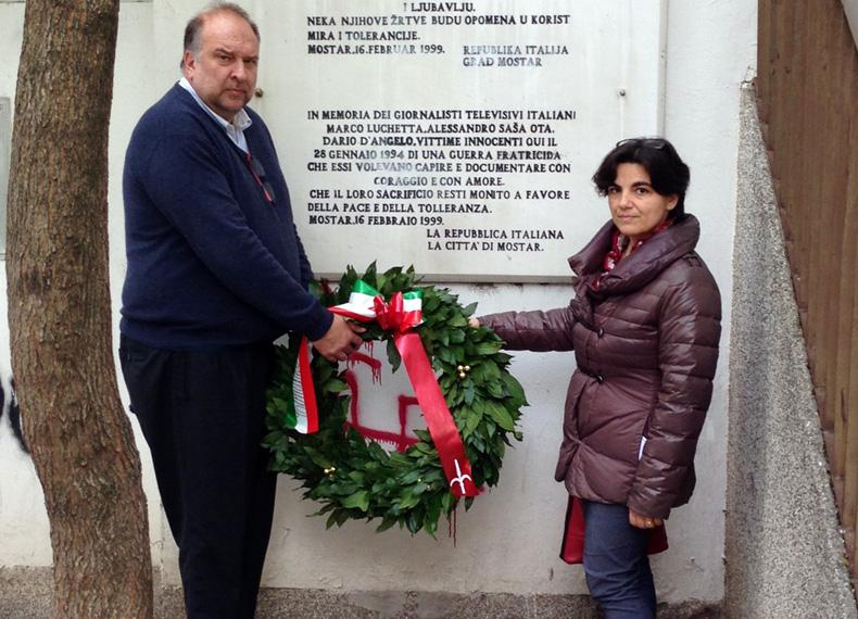 Sindaco e vicesindaco di Trieste depongono la corona sulla targa a Mostar