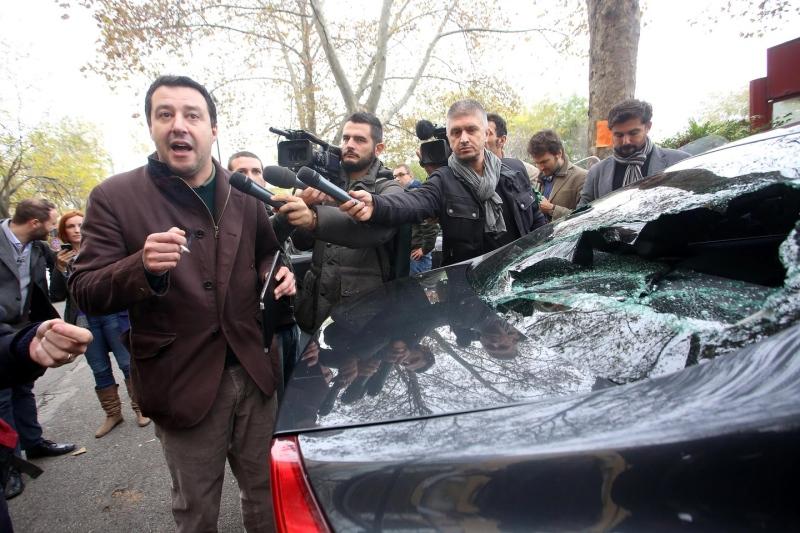 Salvini e la sua auto visibilmente danneggiata dagli anarchici che poi hanno aggredito Barbetti