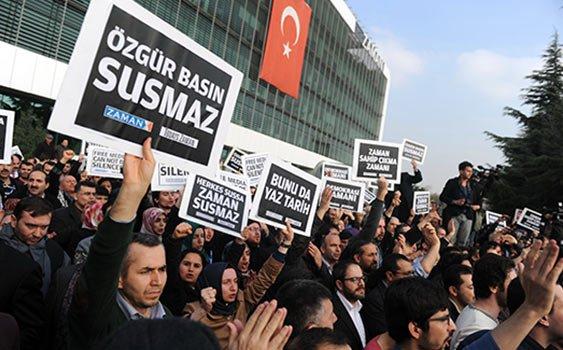 La folla davanti alla redazione del quotidiano Zaman ha scongiurato l'arresto dei giornalisti