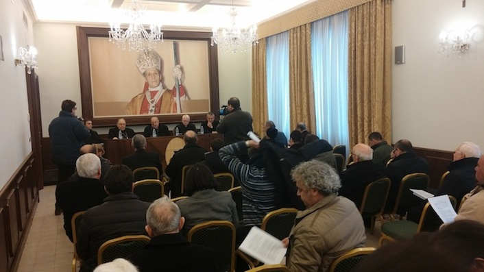 Gli arcivescovi giornalisti Salvatore Nunnari e Giuseppe Fiorini Morosini durante la conferenza stampa