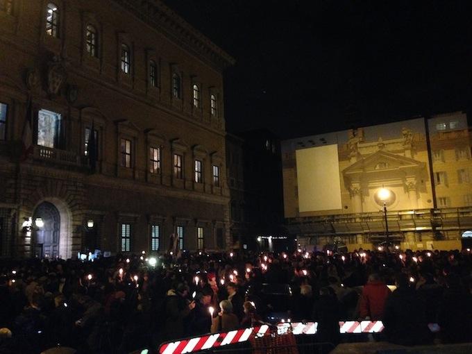 Migliaia di cittadini hanno affollato stasera piazza Farnese, a Roma, per la manifestazione promossa dalla Fnsi (foto Giornalisti Italia)
