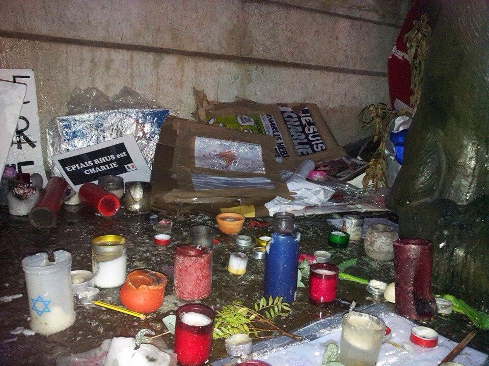 Ancora danni al memoriale eretto in onore della strage di Parigi