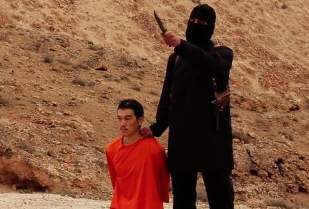 Kenji Goto con il boia dell'Isis che lo ha decapitato