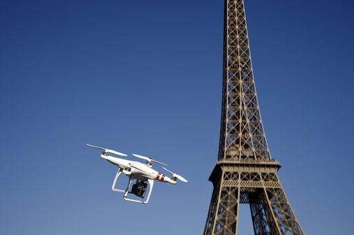 Drone in azione vicino alla Torre Eiffel