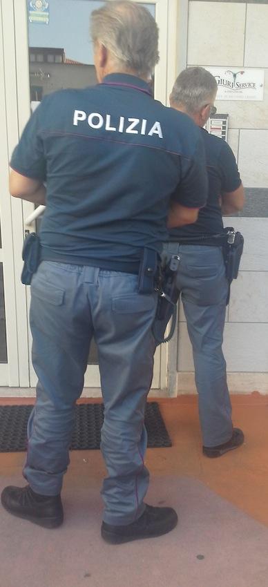 Gli agenti della Polizia di Stato suonano al campanello della nuova redazione della Provincia di Cosenza