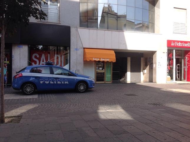La volante della Polizia davanti all'ingresso della redazione della Provincia di Cosenza, al numero 92 di Corso Mazzini, a Cosenza
