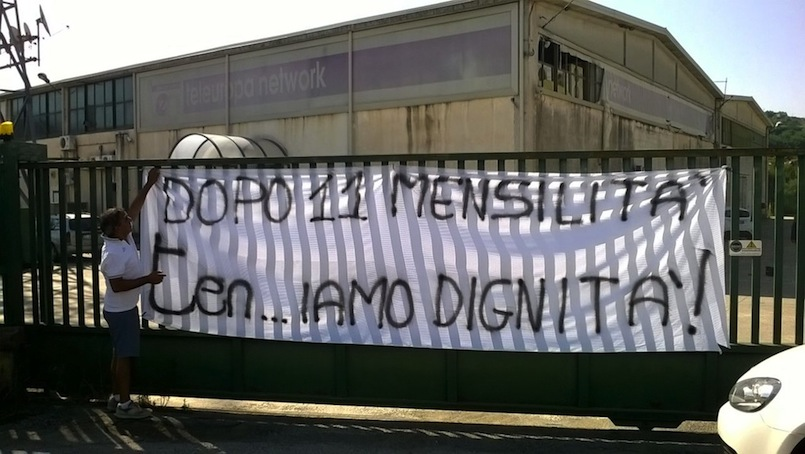 Il presidio davanti ai cancelli di Teleuropa durante lo sciopero del 3 e 4 agosto