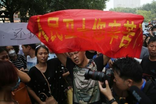 Proteste contro la censura dei media sugli incendi a Tianjin