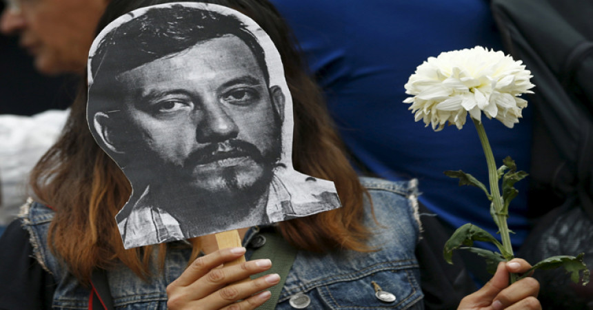 Un'attivista con la foto del giornalista Rubén Espinosa