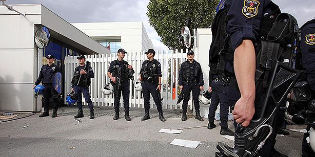 La polizia turca in assetto antisommossa davanti alla sede di Koza ad Ankara (Foto Cihan)