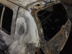 La Renault Clio di Dina Lauricella distrutta dalle fiamme