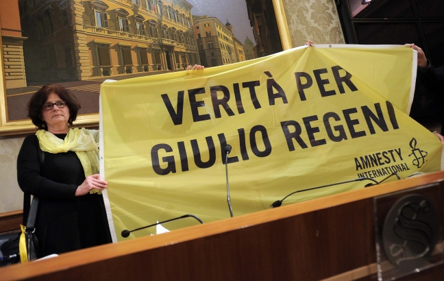 La madre di Giulio Regeni con lo striscione di Amnesty International