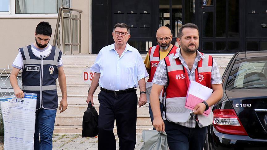 L'arresto oggi all'alba del giornalista satin Alpay (Foto Anadolu Agency)