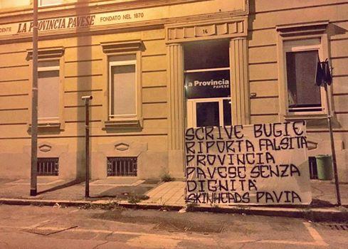 Lo striscione appeso davanti alla redazione de La Provincia Pavese