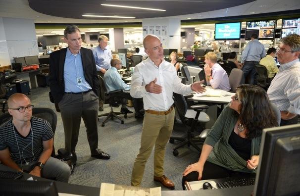 Jeff Bezos parla ai giornalisti della redazione del Washington Post