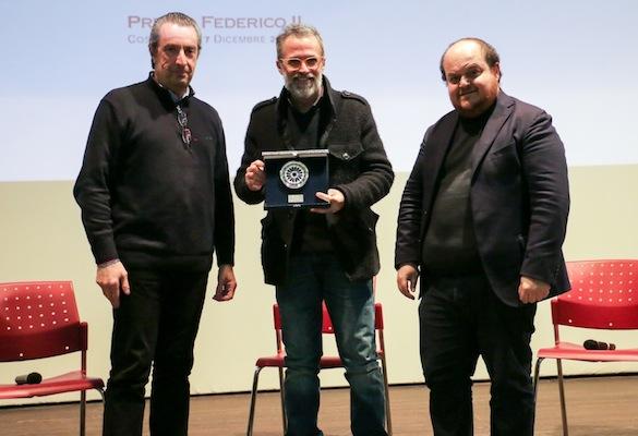 """Giuseppe Citrigno (a sinistra) e Alessandro Russo (a destra) consegnano il Premio speciale """"Backstage"""" a Fabrizio Ferracane"""