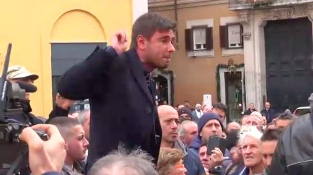 Alessandro Di Battista arringa gli ambulanti davanti a Montecitorio