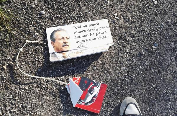 A terra le targhe dei magistrati Giovanni Falcone, Paolo Borsellino, del giornalista Giuseppe Fava