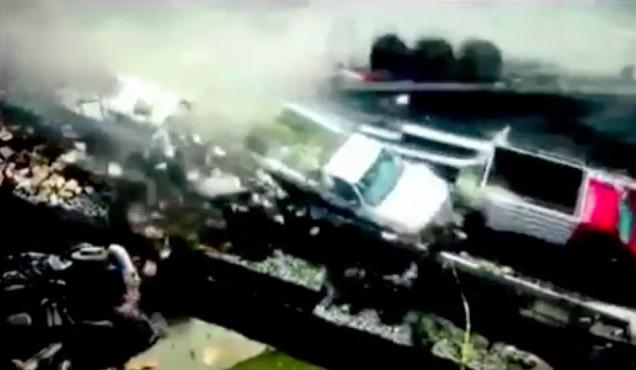 Il momento in cui il furgoncino falcia le persone e le auto in sosta per un altro incidente