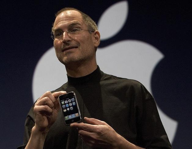 Steve Jobs con il primo iPhone