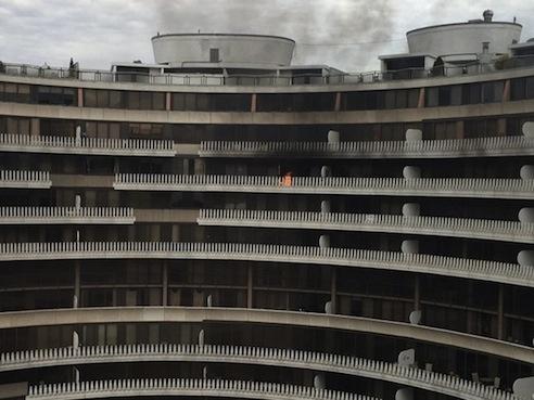 L'edificio del Watergate in fiamme