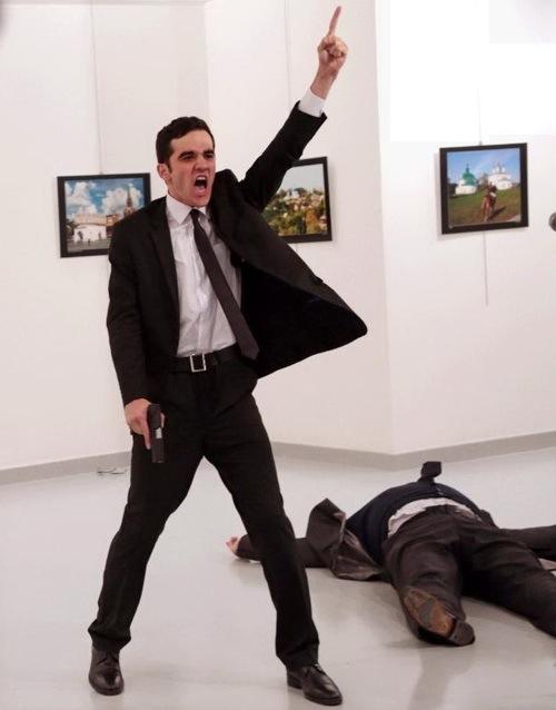 19 dicembre 2016: Mevlüt Mert Altintas ha appena ucciso l'ambasciatore russo in Turchia, Andrey Karlov (Foto Burhan Ozbilici/Associated Press)