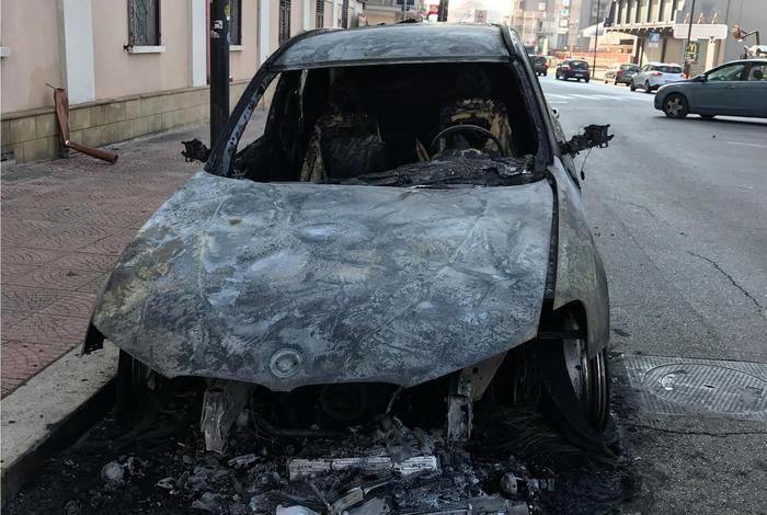 L'auto di Antonio De Gennaro distrutta dall'incendio